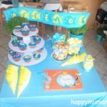τραπέζι ευχών με χειροποίητα cupcakes στολισμένα με ζαχαρόπαστα και smarties, χειροποίητα χωνάκια για τα γλυκά και χειροποίητη μολυβοθήκη